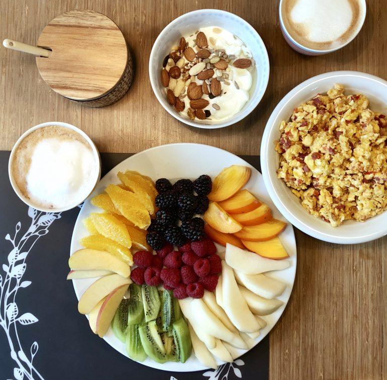 Sonntagsfrühstück mit Regenbogenteller | berlinmittemom.com
