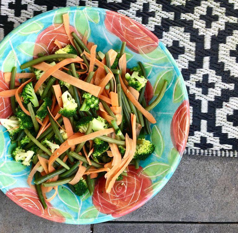 Gemüsesalat mit Avocadodressing | berlinmittemom.com
