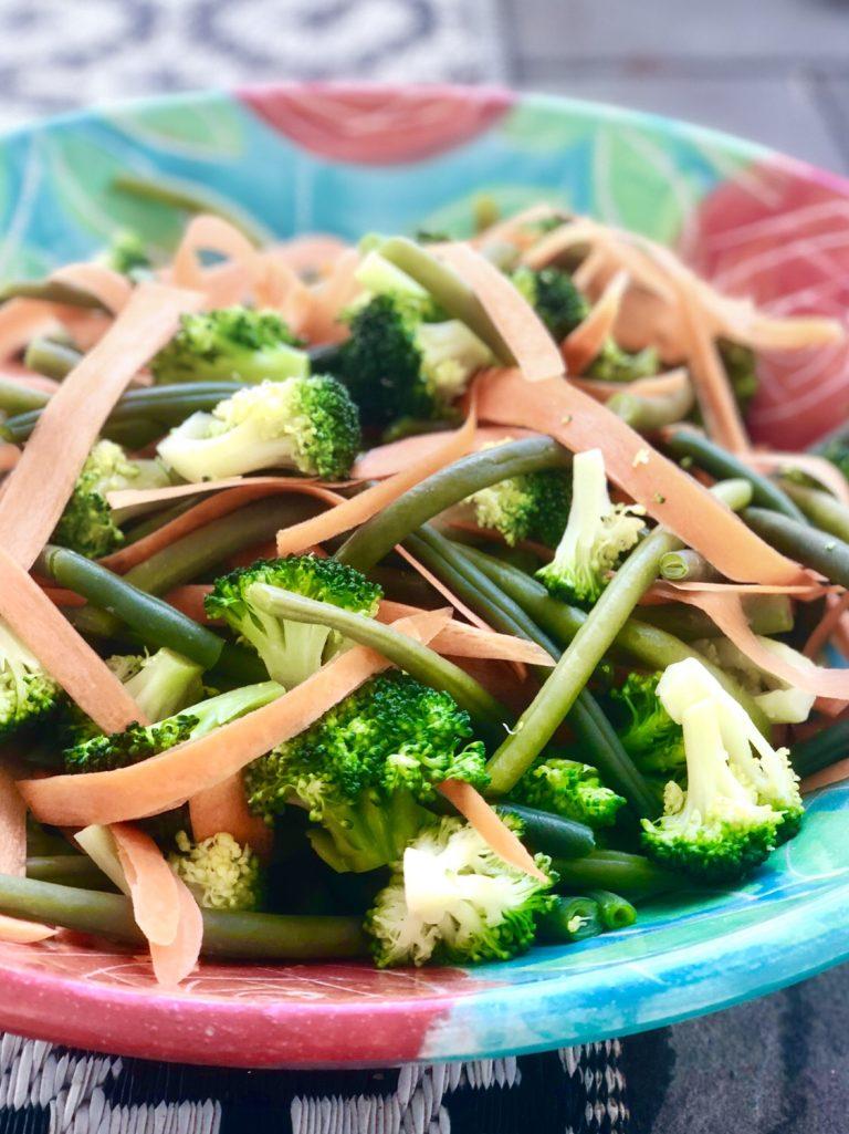 Rezept für Gemüsesalat mit Avocadodressing | berlinmittemom.com