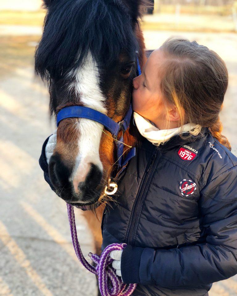 Pferdemädchen und Ponyliebe | berlinmittemom.com