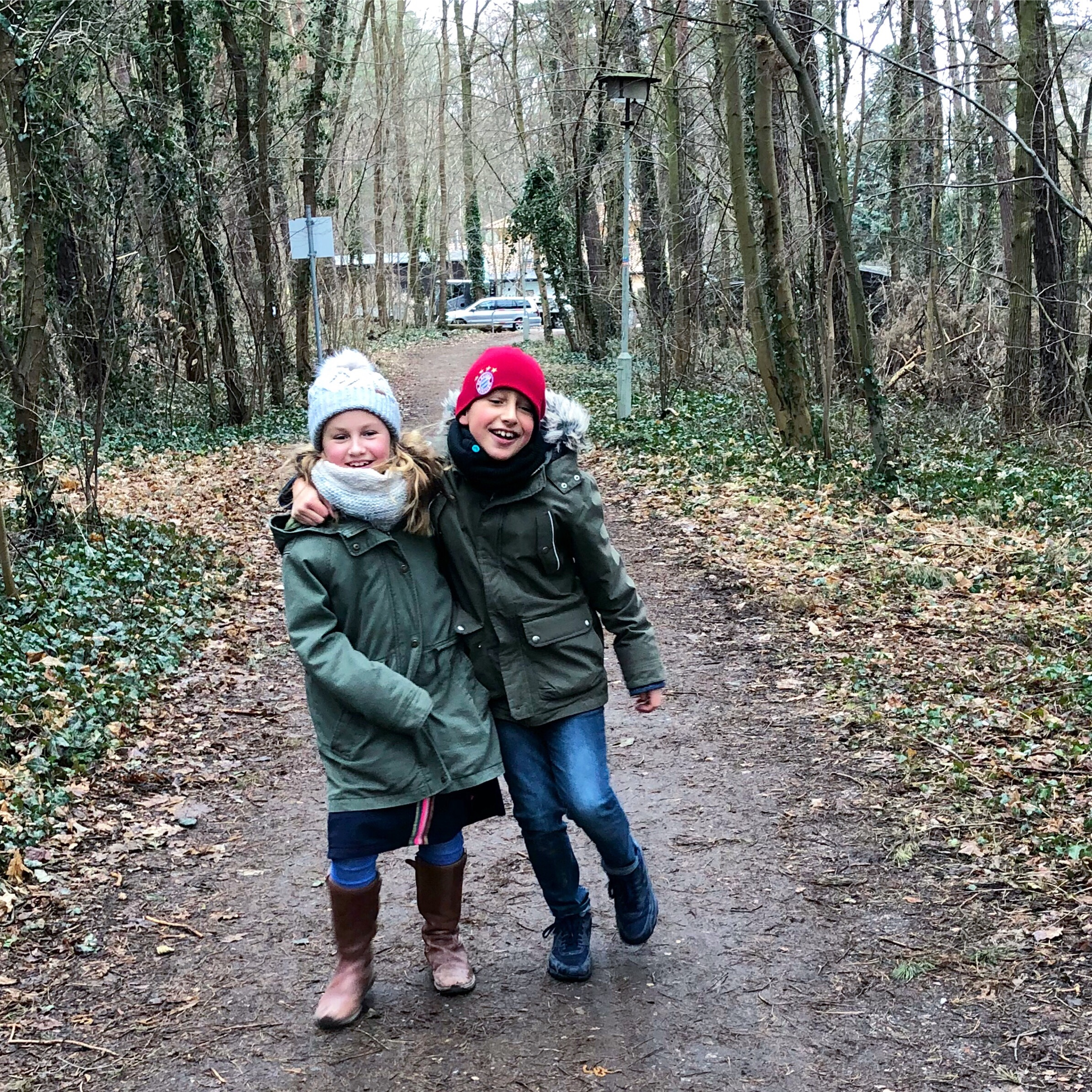 Geschwister beim Osterspaziergang | berlinmittemom.com