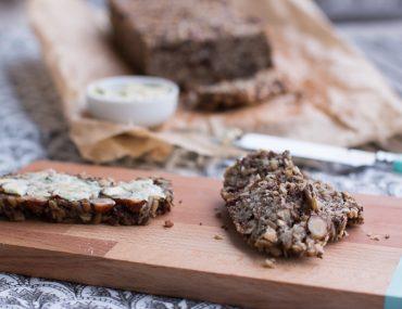 Glutenfreies Nussbrot mit Kräuterbutter | berlinmittemom.com