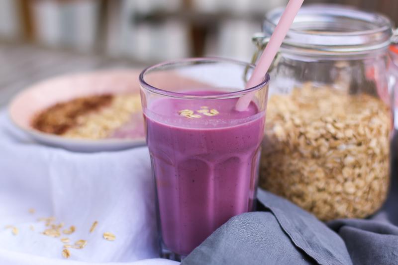 Frühstücksshake mit Johannisbeeren und Haferflocken | berlinmittemom.com