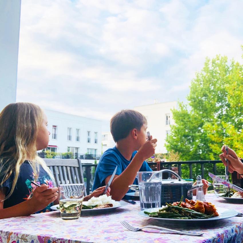 Essen auf dem Balkon | berlinmittemom.com