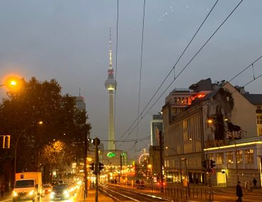 Berliner Fernsehturm bei Nacht | berlinmittemom.com