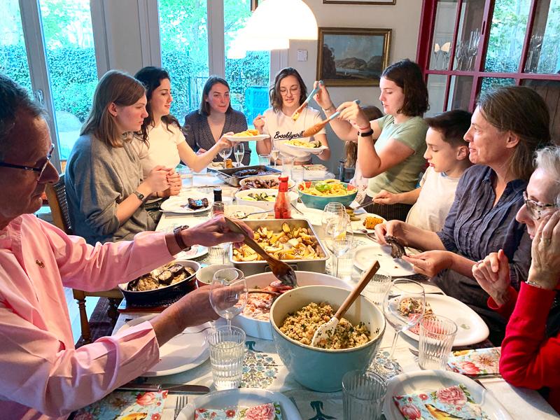 Alle an einem Tisch | berlinmittemom.com