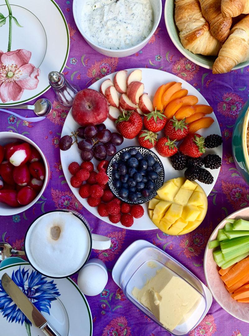 Sonntagsfrühstück mit buntem Obstteller | berlinmittemom.com