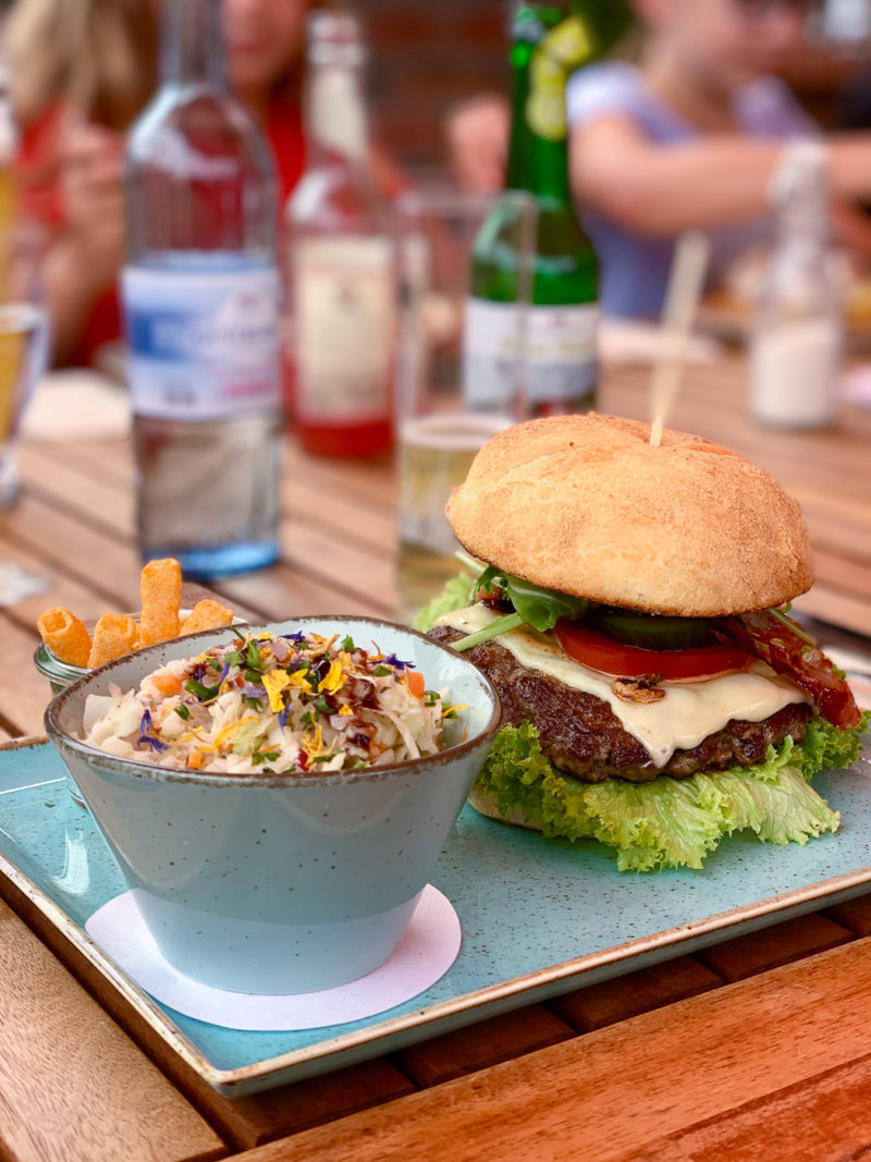 Burger im Café Ulenhoef Prerow | berlinmittemom.com