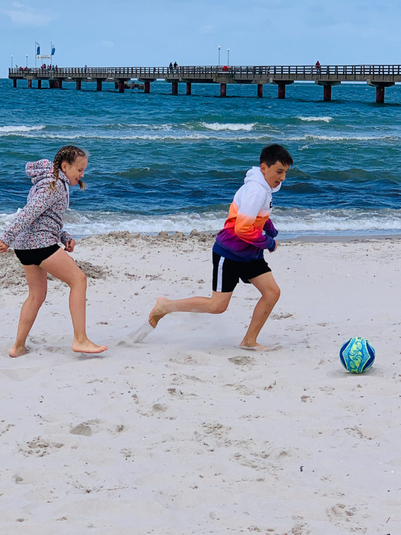 Fußball am Strand | berlinmittemom.com