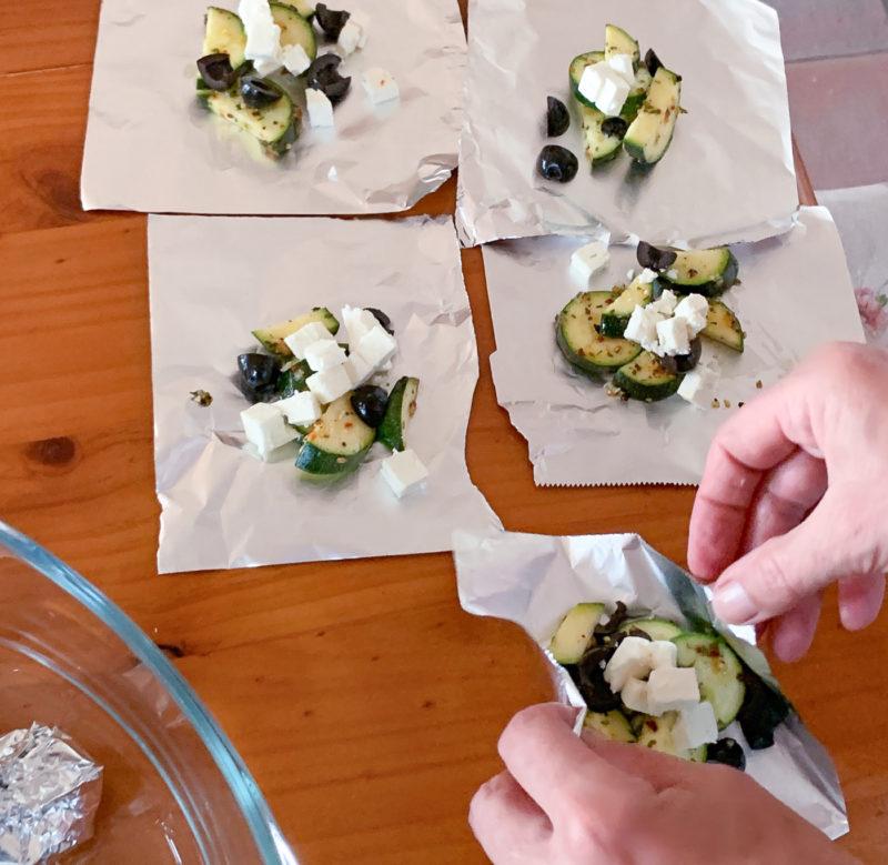 Gegrillte Gemüsepäckchen mit Zucchini und Feta | berlinmittemom.com