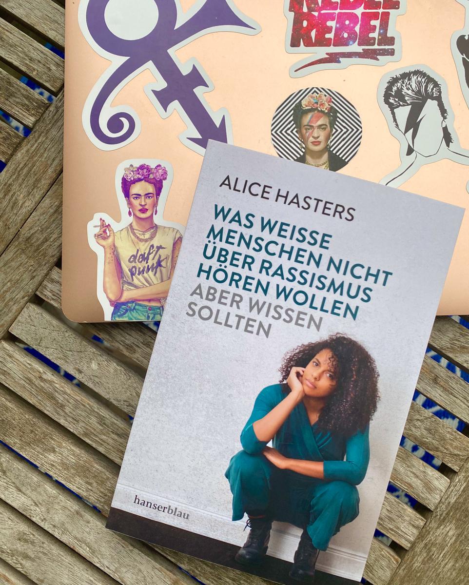 Alice Hasters: Was weiße Menschen nicht über Rassismus hören wollen aber wissen sollten | berlinmittemom.com