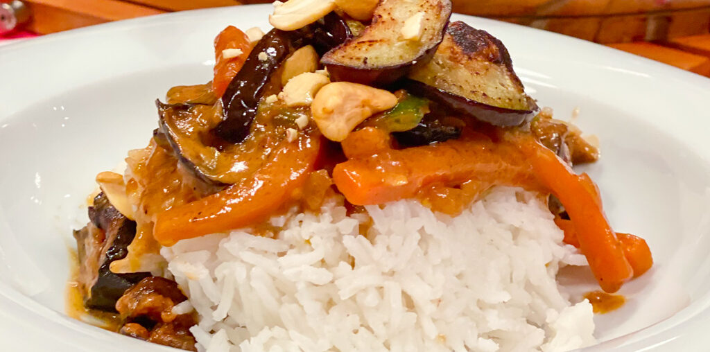 Veggie Soulfood | Veganes Erdnusscurry mit gerösteten Auberginen