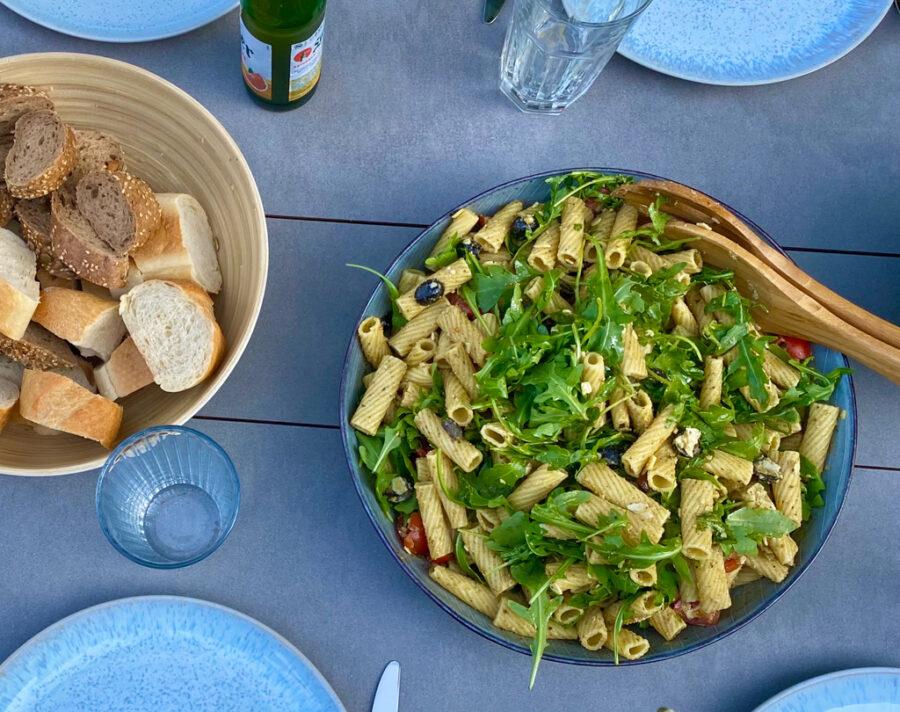 Nudelsalat mit selbst gemachtem Pesto   berlinmittemom.com